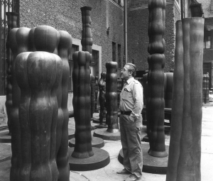 Joannis Avramidis in the courtyard of the sculptors's studios of the Academy of Fine Arts Vienna, c. 1980 © Studio Joannis Avramidis, Vienna/Photo: Sanjiro Minamikawa