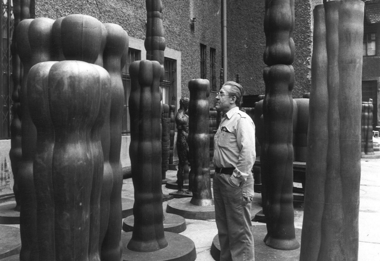 JOANNIS AVRAMIDIS, Joannis Avramidis in the courtyard of the scuptors's studios of the Academy of Fine Arts, Vienna | c. 1980 © © Sanjiro Minamikawa